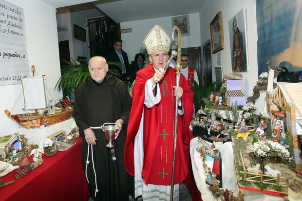 El Arzobispo de Valencia bendijo la exposición de belenes de Fray Conrado. Junto a él, en la imagen, el propio fraile capuchino.
