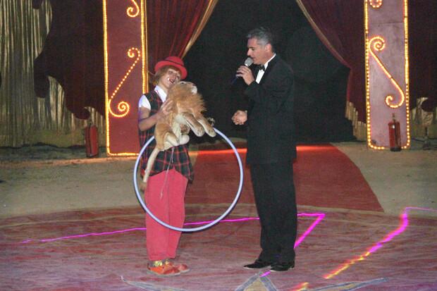 Circo Alaska 3 presentador