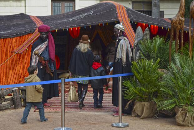 Familias visitando la jaima de Bioparc en el centro de Valencia - Navidades 2013
