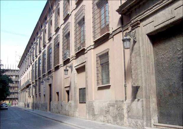 Fachada del ayuntamiento de Valencia recayente a la calle Arzobispo Mayoral, en una imagen de archivi. La zona del fondo está ahora cubierta por andamios.