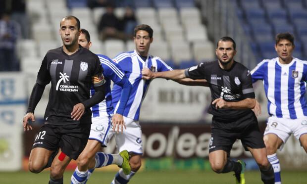 Juanfran defiende un córner. Foto: Jorge Ramírez / Levante UD