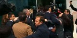 A la llegada de Fabra al CdT de Valencia, los policías y guardaespaldas contienen a los periodistas de forma expeditiva.