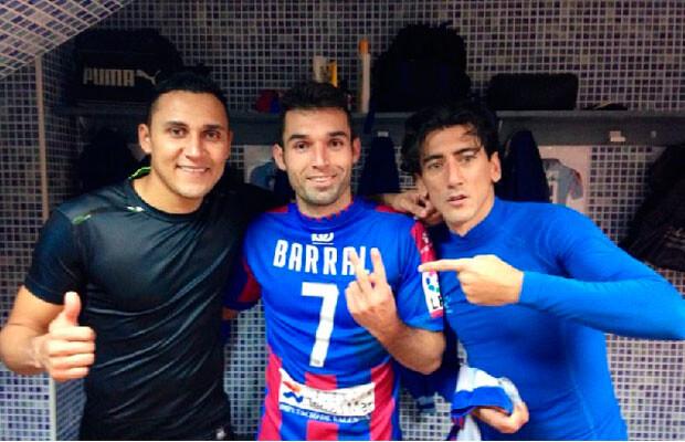 Keylor Navas subía a su perfil de Twitter esta imagen con el protagonista del partido, David Barral, y Ríos, que cuajó un gran partido.
