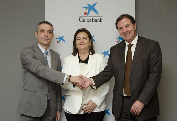 Bibiano Martínez, director territorial de CaixaBank en Levante y Murcia, María Teresa Guardiola, presidenta del Colegio de Farmacéuticos de Valencia, y Juan Salmerón, secretario del Colegio