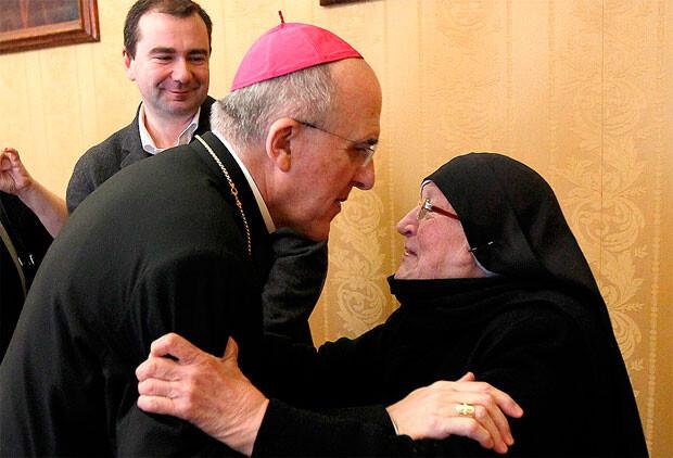 La madre Gertudris, alma del Colegio Madre Petra, saluda al arzobispo Monseñor Carlos Osoro en una visita.