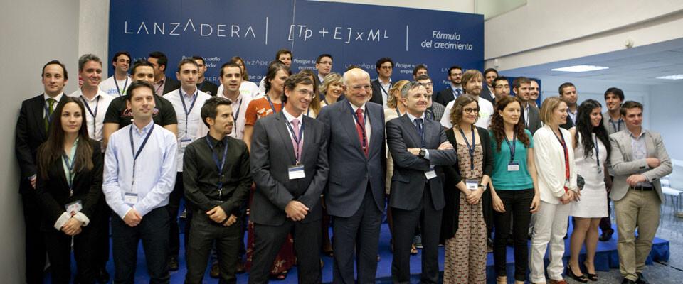 Juan Roig posa con los 15 proyectos seleccionados en la primera edición de Lanzadera.