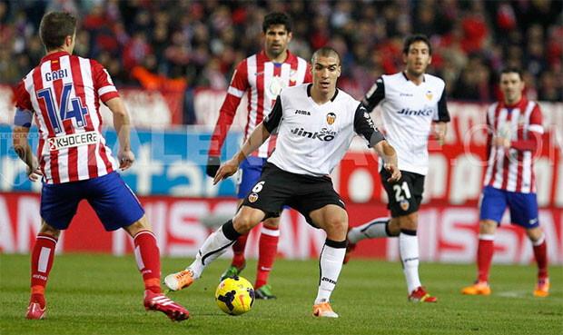 Oriol Romeu conduce el balón en un partido de la presente temporada contra el Atlético de Madrid. Foto: VCF
