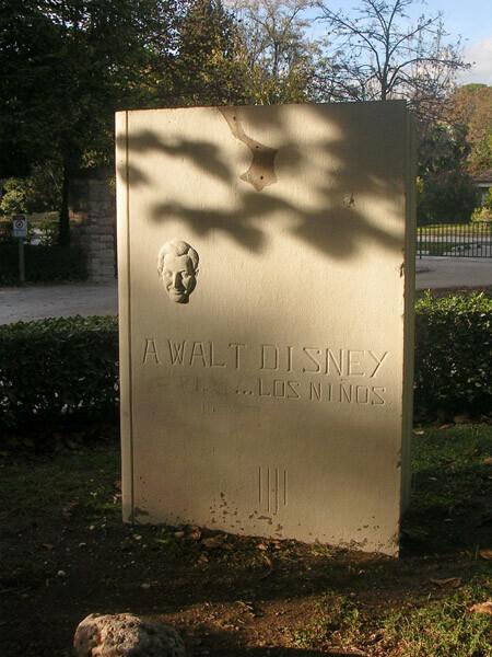Panel en homenaje a Walt Disney sin la figura del Pato Donald que la coronaba. Foto: PSPV