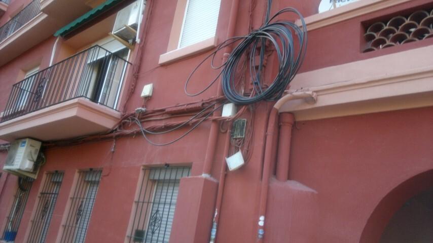 Cableado aéreo recogido en un edificio del barrio de Marxalenes. Foto: José Cuñat