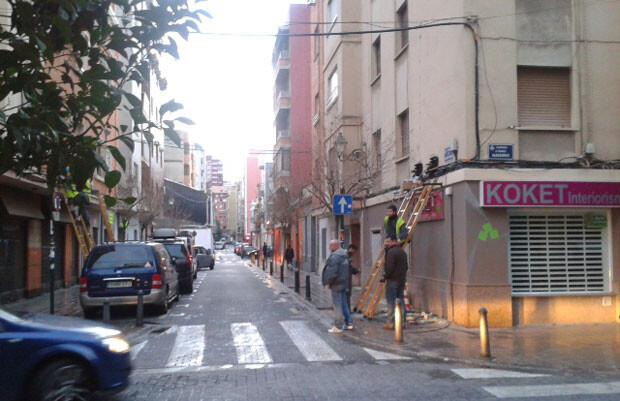 Cableado aéreo cruzando literalmente la calle Juan Giner, en Benimaclet. Foto: EUPV