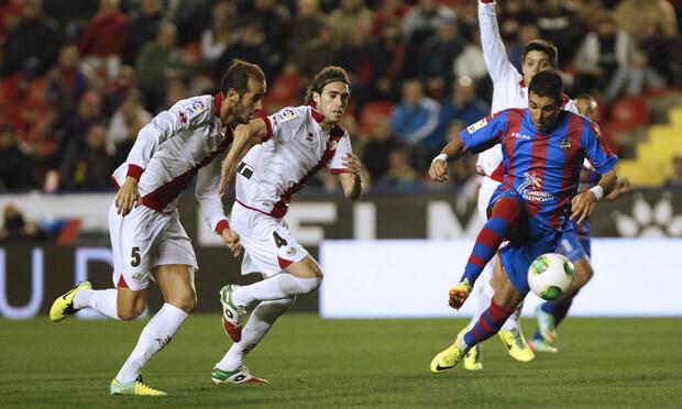 Ángel supera a la defensa del Rayo, que pide fuera de juego. Foto: Jorge Ramírez / Levante UD