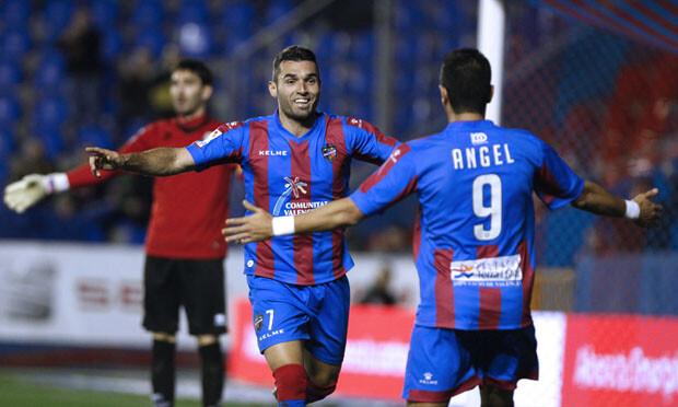 Ángel y Barral se abrazan tras el gol del segundo. Foto: Jorge Ramírez / Levante UD