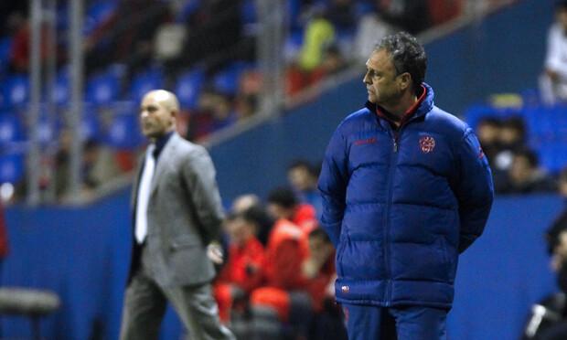 Caparrós vivió un partido plácido, a pesar del corto resultado. Jémez, al borde del infarto. Foto: Jorge Ramírez / Levante UD