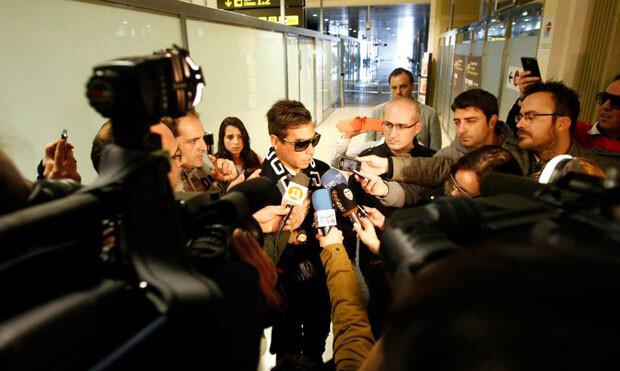 Vargas, a su llegada a Manises, atendiendo a los medios de comunicación. Foto: VCF