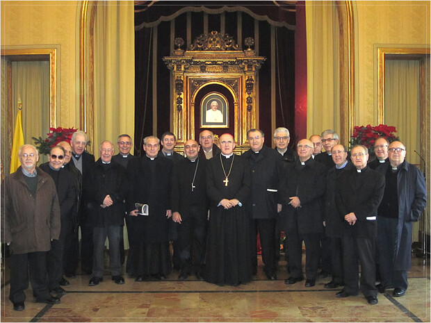 Monseñor Carlos Osoro con el cabildo de Valencia al completo.