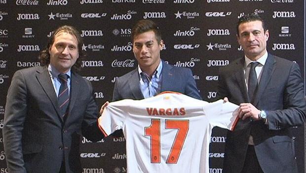 Rufete y Salvo rodean a Vargas en su presentación en el palco Vip de Mestalla.