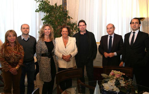 Rita Barberá, rodeada por los representantes de los vendedores del Mercado Central, además de los concejales Alfonso Novo, María Jesús Puchalt y Alberto Mendoza