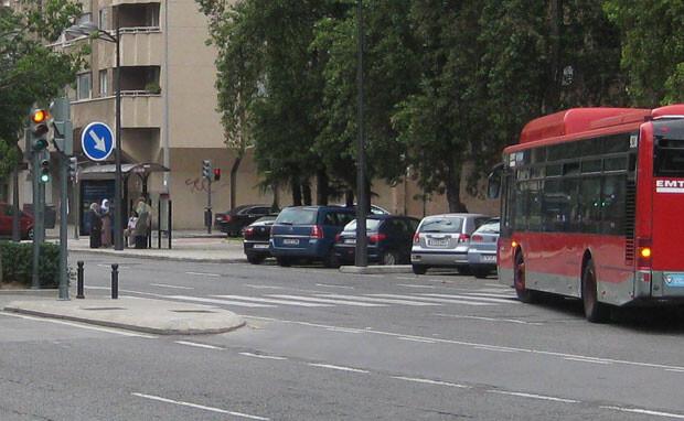 Amadeu Sanchis considera que los semáforos en ámbar de las grandes avenidas son un peligro para los peatones. Foto: Javier Furió