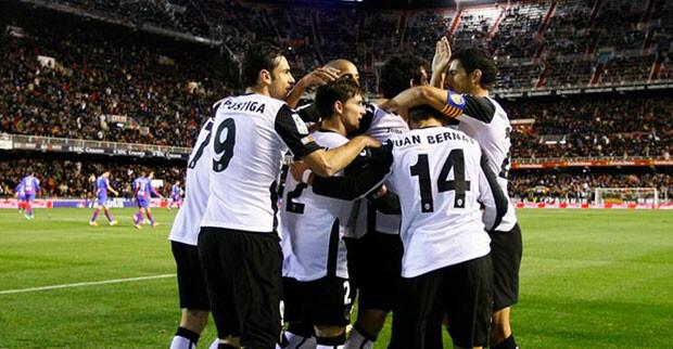 Los jugadores valencianistas celebran el primer gol de Piatti. Foto: VCF