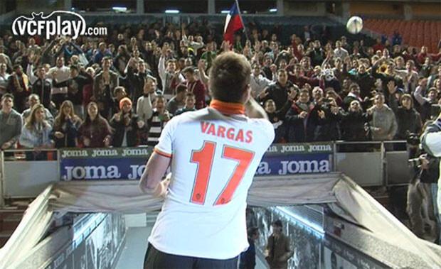 Edu Vargas saluda a la afición al salir al césped de Mestalla. Foto: VCF