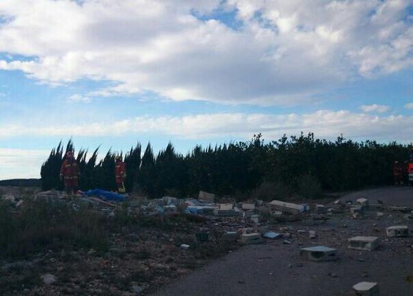 Estado en el que ha quedado la caseta tras la explosión en #Vilamarxant. Al fondo la pirotecnia