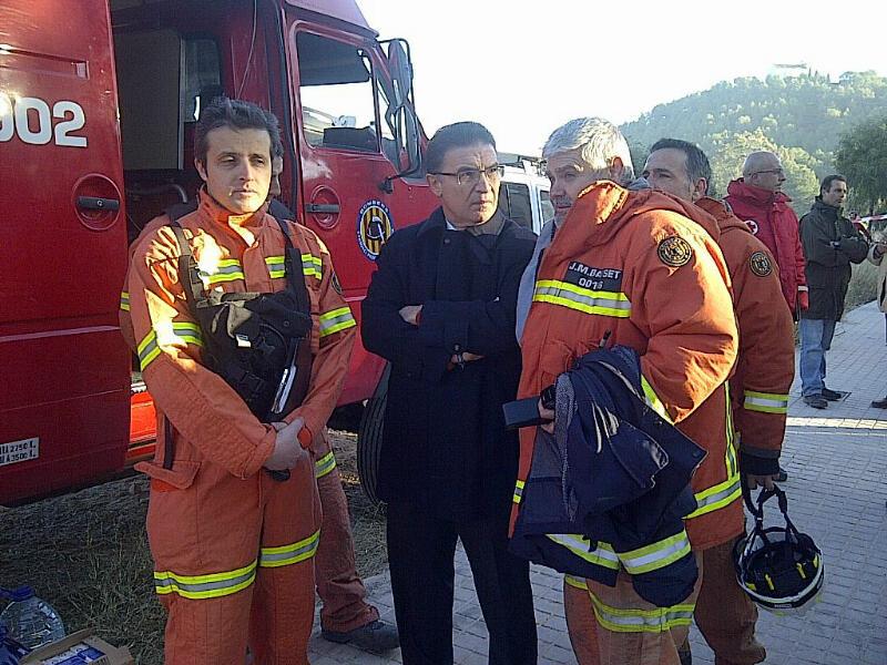 Castellano, visitando el incendio sufrido por Gilet, cuando eta conseller.