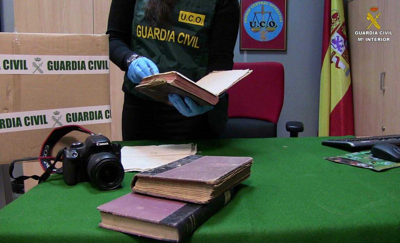 La Guardia Civil recupera varios libros de los siglos XIV al XVIII