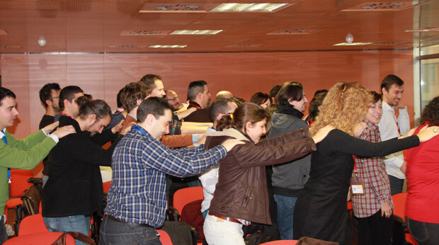 Los participantes calientan motores antes de trabajar sobre los proyectos de empresa