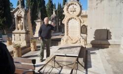 Rafael-junto-a-la-tumba-de-Mezquida-P-600x337