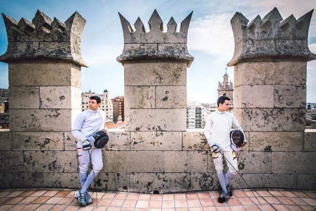 Valero y Carles posan en lo alto de las Torres de Serranos. Foto: PlanB Fotografía