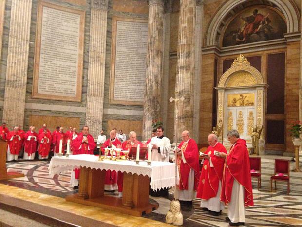 El arzobispo de Valencia, monseñor Carlos Osoro, oficiando ayer una eucaristía. Foto: AVAN