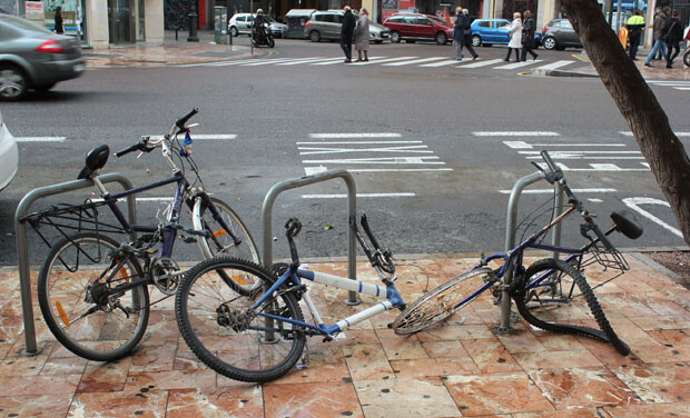 Bicicletas aparcadas en la plaza del Ayuntamiento. Foto: Javier Furió