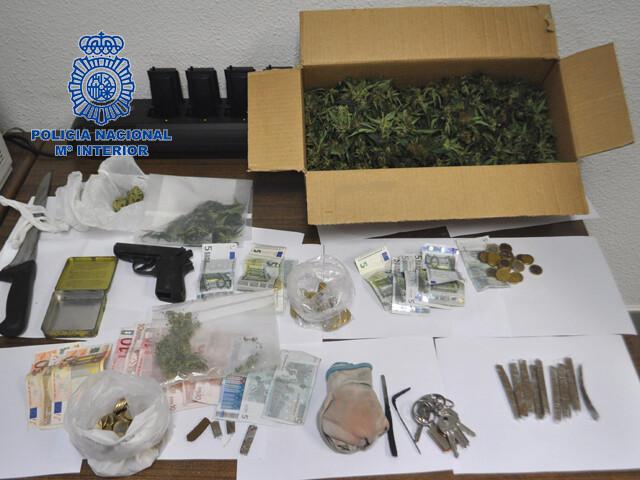 La Policía Nacional desmantela un punto negro de venta de marihuana y hachís en Manises