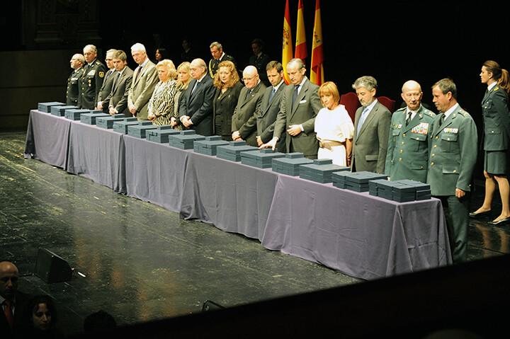 Minuto de silencio por las víctimas del 11-M antes de comenzar el acto de entrega de 365 condecoraciones a las víctimas de los atentados de Madrid en el Teatro Real