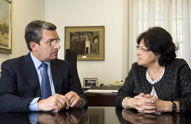 Imagen del diputado de Turismo, Sanjuán, y la alcaldesa de Alpuente, Rodríguez