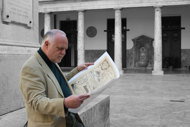 Rafael Solaz, presidente de la SBV 'Jerònima Galés', admirando el plano
