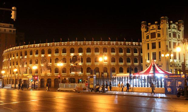Plaza de Toros, con los carteles de la Feria taurina de Fallas luciendo en su fachada.