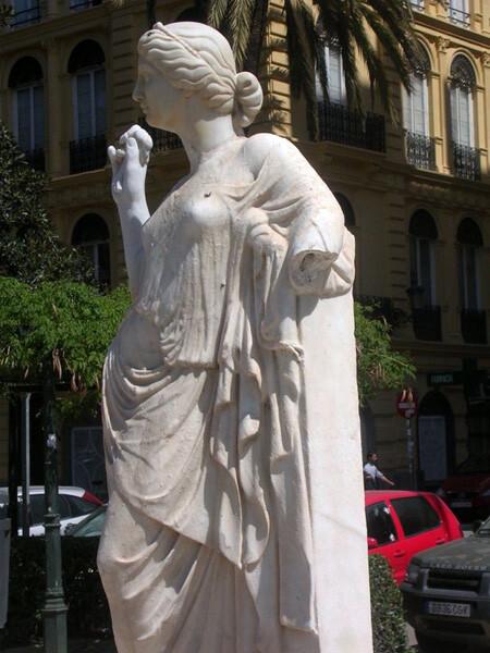 Estatua de Flora dañada 2014