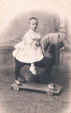 Niño en caballito de cartón. Foto Rodríguez, Cabanyal, ca. 1918. A. P. R. S.