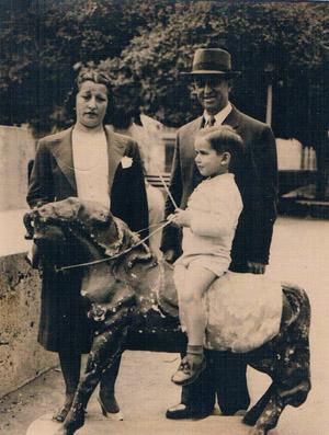 Niño en caballito de cartón. Valencia 1943. A. P. R. S.