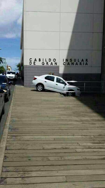 Un vehículo se precipita por la entrada lateral del Cabildo Gran Canaria