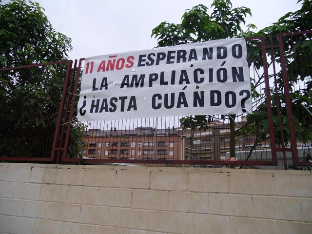 Pancarta de protesta en la valla que rodea al Colegio Público Max Aub