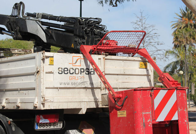 Camión de una contrata del ayuntamiento recogiendo un contenedor. Foto: José Cuñat