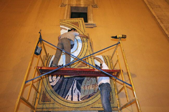 Momento del montaje del tapiz del año pasado. Foto de archivo