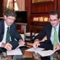 Alfonso Bataller y Joaquín Longares durante la firma (Small)