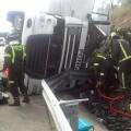 Bomberos de Zafra y Llerena han tenido que intervenir para sacar al camionero de la cabin