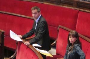 Amadeu Sanchis, en una intervención junto a su compañera en IU, Rosa Albert, en un pleno de esta legislatura. Foto de archivo.