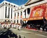 Desfile militar delante de la fachada del Congreso de los Diputados