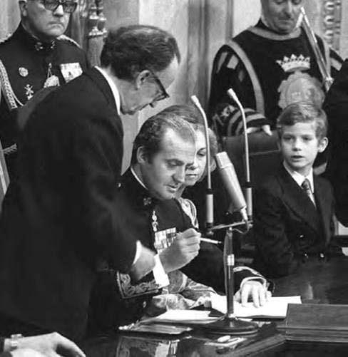 Su Majestad el Rey Don Juan Carlos I procede a la sanción de la Constitución de 1978