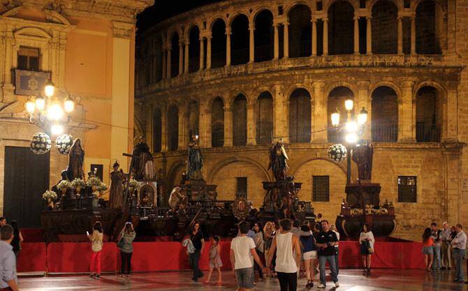 plaza-de-la-virgen-rocas-noche